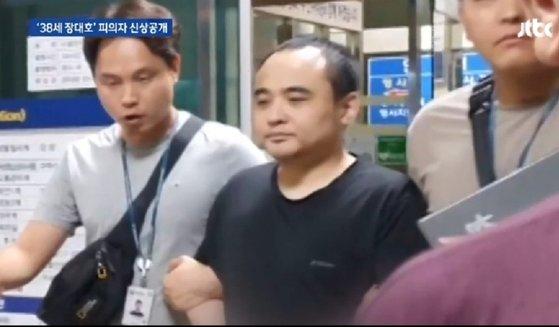 경찰에 연행되는 한강 몸통 시신 사건 피의자 장대호. ⓒJTBC 뉴스화면 캡처