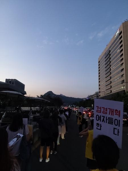 """'미투운동과함께하는시민행동'과 시민 80여명은 23일 오후 서울시 종로구 동화면세점부터 광화문광장을 한 바퀴 도는 행진을 했다. 이들은 """"여성의 죽음을 멈춰라""""라고 외쳤다. ⓒ김진수 여성신문 기자"""