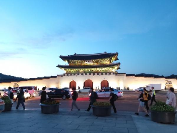 '미투운동과함께하는시민행동'과 시민 80여명은 23일 오후 서울시 종로구 동화면세점부터 광화문광장을 한 바퀴 도는 행진을 했다. 참가자들이 광화문 앞을 지나가고 있다. ⓒ김진수 여성신문 기자