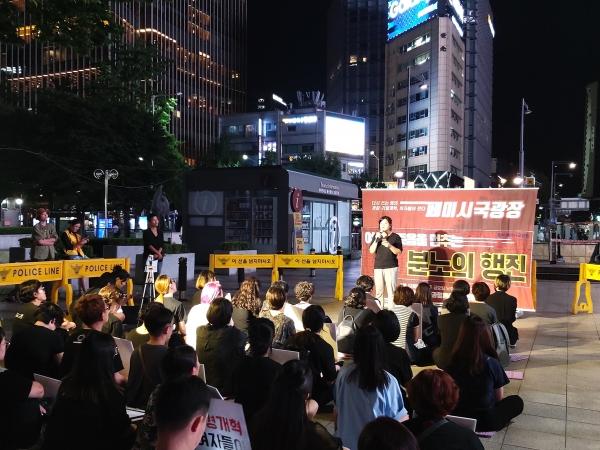 한국성폭력상담소 오매 활동가가 23일 오후 서울시 종로구 동화면세점 앞에서 열린 제6차 페미시국광장에서 발언을 하고 있다. ⓒ김진수 여성신문 기자