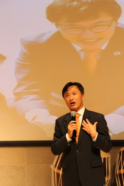 자신의 정치 소신을 담은 에세이 '같이 가시더'를 출간하며 24일 안동교회 100주년 기념관에서 출판기념회를 개최한 권택기 전 국회의원.