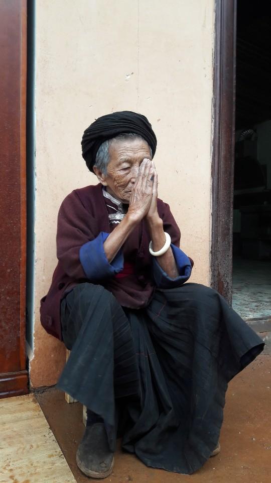 중국 윈난성 리장의 루구호 인근의 모서인들이 사는 마을의 한 노인. 모서인들은 대체로 가장인 할머니를 중심으로 3대가 한 집안에 모여 확대가족을 이루고 사는 모계사회를 유지하고 있다.