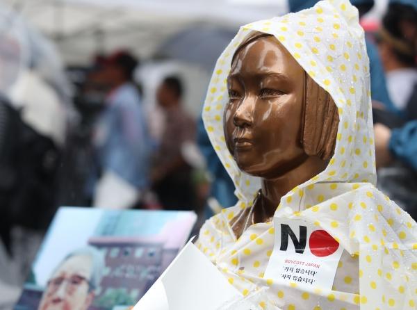 최근 한 달간 아사히·유니클로 등 일본계 유명 브랜드가 매출이 반토막나는 등 일본 제품이 불매운동의 직격탄을 맞고 있는 것으로 확인됐다.사진은 지난&nbsp;15일 서울 종로구 구 일본대사관 앞의 소녀상에 일본 불매운동을 상징하는 스티커가 붙여진 모습. ⓒ뉴시스<br>