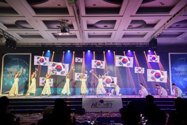 충북예술고등학교 학생들이 27일 충청북도 청주 그랜드플라자호텔에서 열린 제19회 세계한민족여성네트워크(KOWIN : Korean Women's International Network) 대회에서 미래 100년의 주역으로 성장하는 스토리를 담은 축하공연을 하고 있다. ⓒ여성가족부