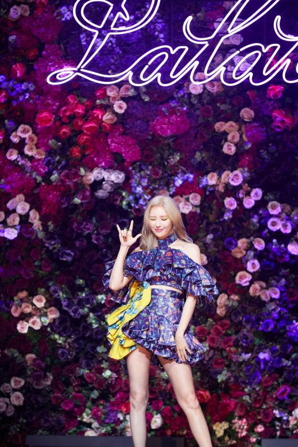 가수 선미가 27일 쇼케이스에서 신곡 '날라리'를 발표했다. 자신이 직접 작사·작곡한 곡이다. ⓒ메이크어스엔터테인먼트