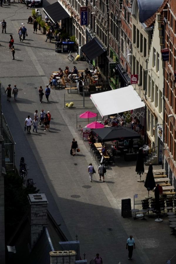 길드풍 건물 앞 카페와 건너편 그늘의 경계가 선명하다. 사진_조현주
