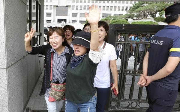 29일 오전 서울 서초구 대법원에서 열린 톨게이트 요금수납원들이 도로공사를 상대로 낸 근로자지위확인 소송 상고심 판결에서 승소한 톨게이트 요금수납원들이 기뻐하고 있다. / 뉴시스