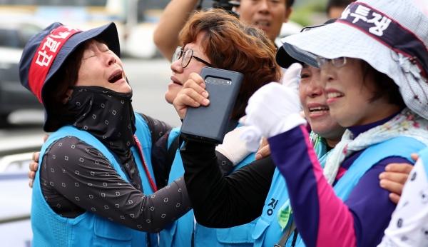 대법원이 톨게이트 수납원 근로자 지위소송에 대해 판결을 내린 29일 오전 서울 서초구 대법원 앞에서 승소한 톨게이트 노조들이 부둥켜 안고 기쁨의 눈물을 흘리고 있다. / 뉴시스
