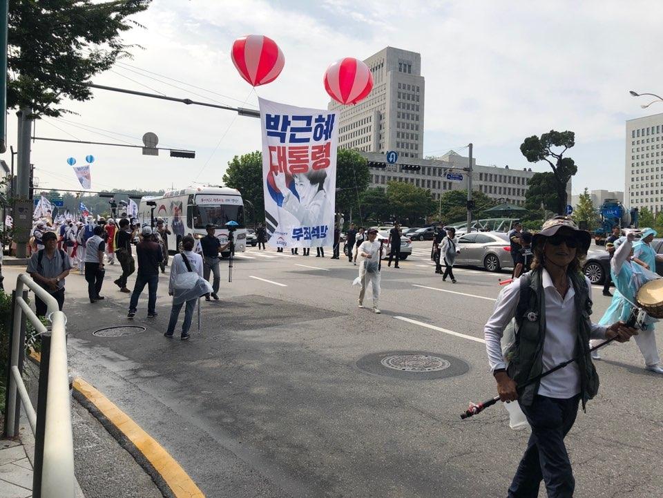 태극기시민혁명국민운동본부 등 보수우파 단체 회원들이 대법원 앞에서 박 전 대통령 석방 촉구 집회를 벌였다. ⓒ여성신문