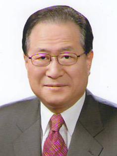 문재인 대통령은 8월 9일 민주평화통일자문회의 수석부의장에 정세현 한반도평화포럼 이사장을 임명했다.