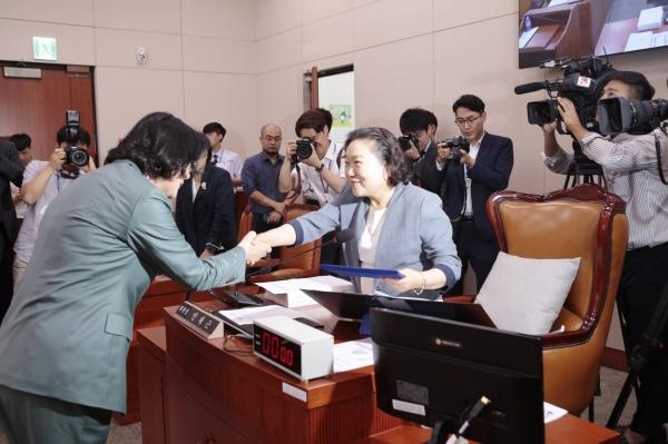 이정옥 후보자가 인재근 위원장에게 증인선서문을 전달하고 있다.