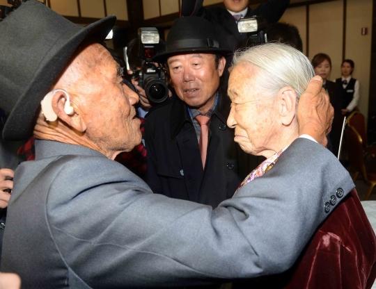 지난해 10월 20일 북한 금강 이산가족면회소에서 열린 이산가족 상봉행사 당시 남측 이순규(오른쪽) 씨가 북측 남편 오인세 씨를 만나 기뻐하고 있다. ⓒ뉴시스·여성신문