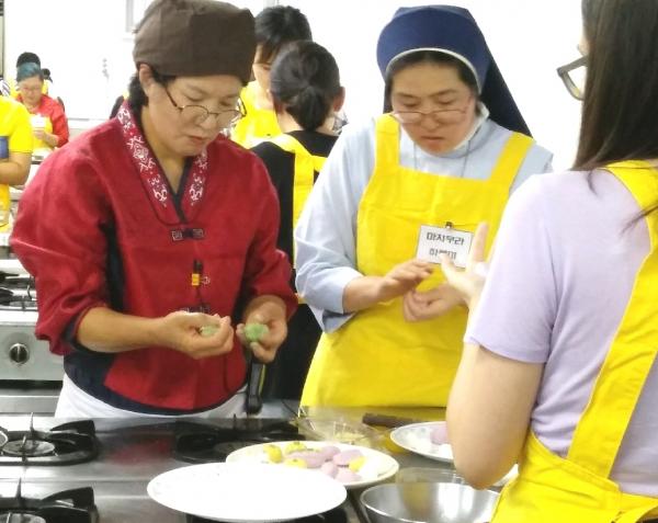 한가위 음식 만들기 체험을 하는 외국인 참가자들 ⓒ영등포구