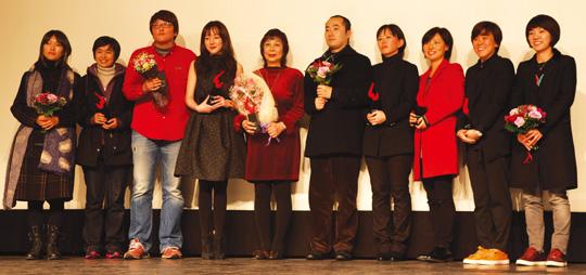 변영주(왼쪽에서 셋째)감독과 배우 임수정(넷째)씨를 비롯한 '2012 올해의 여성영화인상' 수상자들.