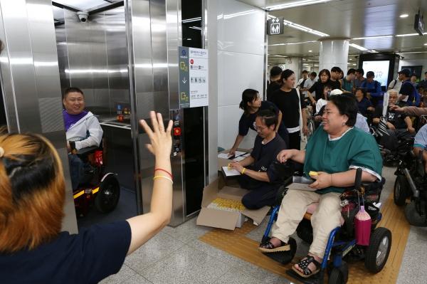 서울장애인차별철폐연대 회원들과 시민들이 3일 오후 서울 지하철 5호선 광화문역에서