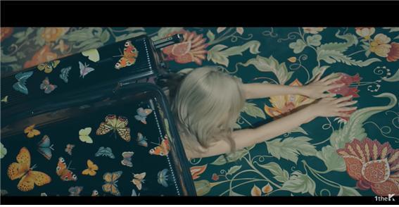 가수 선미의 '날나리' 뮤직비디오 한 장면. 여행 가방에서 빠져 나오는 모습. ⓒ'날라리' 뮤직비디오 영상.
