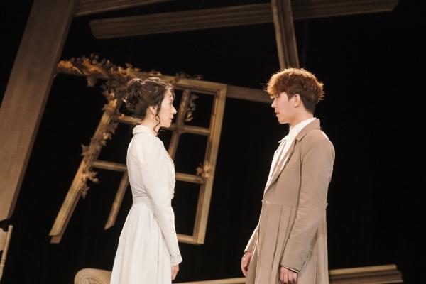 연극 '오만과 편견'의 배우 김지현과 이동하. ⓒ달컴퍼니
