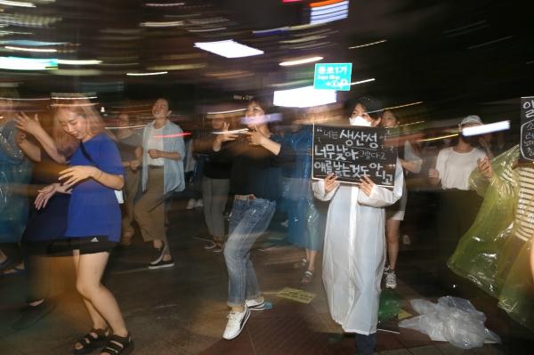 참가자들이 플랜카드를 들고 '모리바야사' 플래시몹을 하고 있다. ⓒ곽성경 여성신문 사진기자