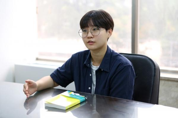 '네, 저 생리하는데요?'의 오윤주 저자가 6일 여성신문 본사에서 인터뷰를 진행하고 있다. ⓒ곽성경 여성신문 사진기자