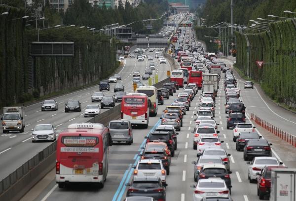 추석 연휴 첫 날인 12일 오전 서울 서초구 잠원 IC 인근 경부고속도로가 귀성 차량이 몰려 정체가 일어나고 있다. ©뉴시스·여성신문