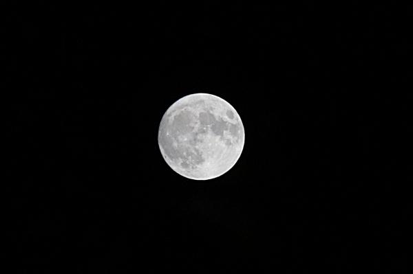 민족 최대의 추석인 13일 저녁 서울 하늘 위로 둥근 보름달이 떠 있다.