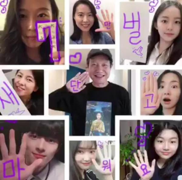 '벌새' 7만 관객 돌파 기념으로 김보라 감독과 출연 배우들이 인증샷을 찍었다. ⓒ엣나인필름