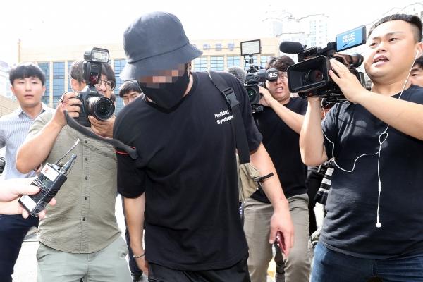 온라인상에서 논란이 된 일본인 여성 위협·폭행 영상과 사진에 등장하는 남성이 8월 24일 오후 서울 마포경찰서에서 조사를 마친 후 귀가하고 있다. ⓒ뉴시스·여성신문
