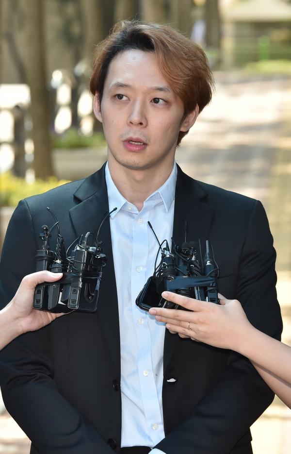 마약 투약 혐의로 구속기소된 가수 박유천(33)씨가 1심에서 징역 10월에 집행유예 2년을 선고받고 2일 오전 경기도 수원시 팔달구 수원구치소를 나오며 취재진의 질문에 답하고 있다. ⓒ뉴시스·여성신문 ⓒ뉴시스·여성신문