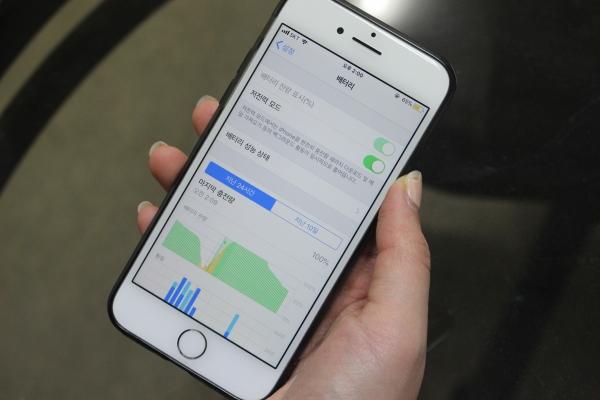 스마트폰 보증기간이 1년에서 2년으로 연장된다. 배터리의 경우에는 현내 보증기간인 1년이 유지된다. ⓒ여성신문