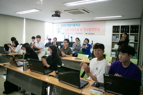 17일 이정옥 여성부장관이 영등포 한국능력개발직업전문학교 방문하여 학생들과 함께 드론 및 영상 수업에 참관하고 있다.