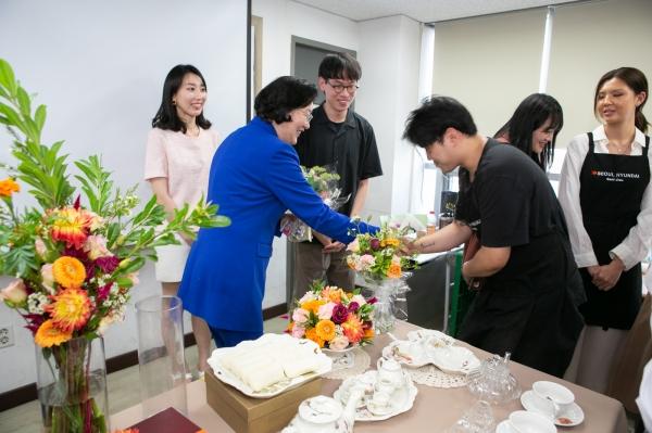 여성부장관이 꽃꽃이 수업 학생들을 만나고 있다.<br>