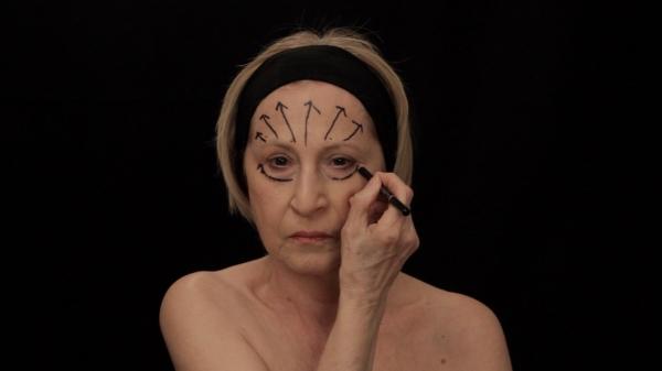 페미니스트 작가 산야 이베코비치의 영상 전시물 '인스트럭션#2'(2015)는 마사지 방향을 화살표를 얼굴에 넣은 뒤 지우는 퍼포먼스이다. 젊음에 대한 압박을 나타내는 여성을 그렸다. ⓒ코리아나미술관