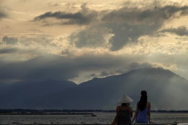 베트남 다낭 골든 브리지 근처에서 빛 내린 하늘을 바라보는 친구들. 사진_조현주