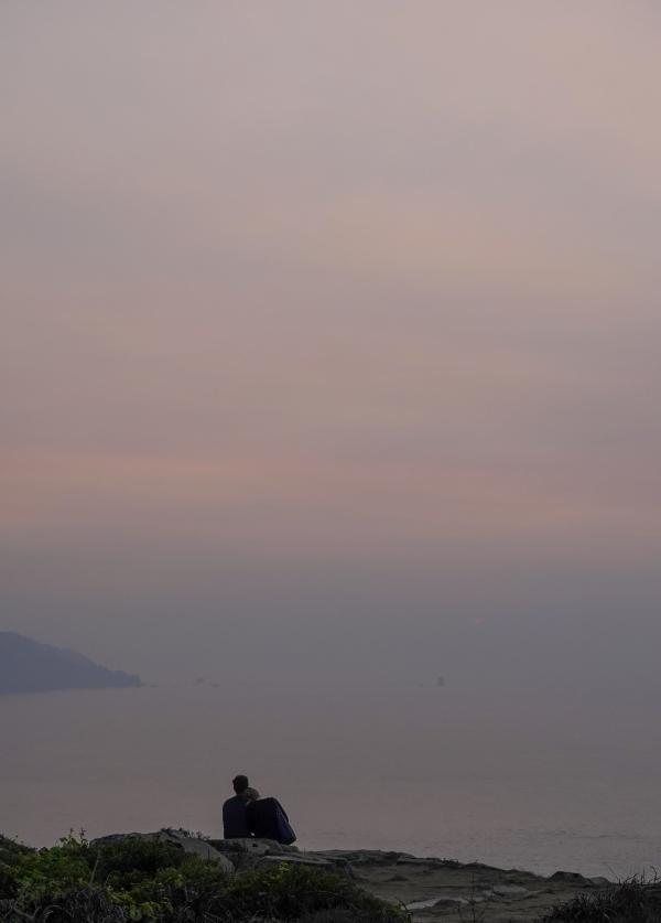 샌프란시스코 골든 게이트 브릿지 전망대에서 살구빛으로 물든 하늘과 바다를 바라보는 연인. 사진_조현주