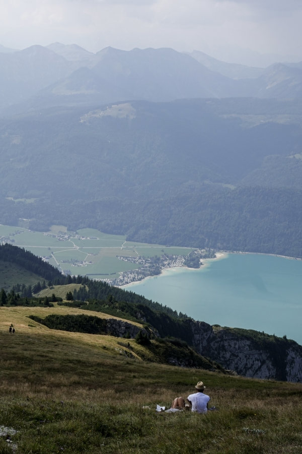 오스트리아 장크트 볼프강 정상에서 햇빛에 반짝이는 옥색 호수를 바라보는 연인. 사진_조현주
