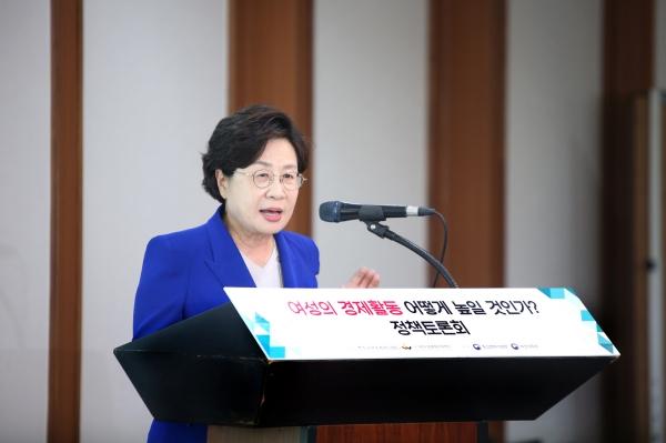 정윤숙 한국여성경제인협회장이 개화사를 하고 있다.