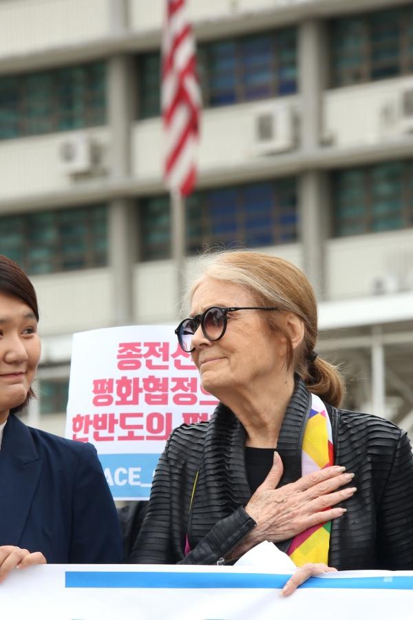 미국 여성운동가 글로리아 스타이넘이 20일 서울 종로구 광화문광장에서 열린 한반도 종전 선언 촉구 기자회견에 참여했다.