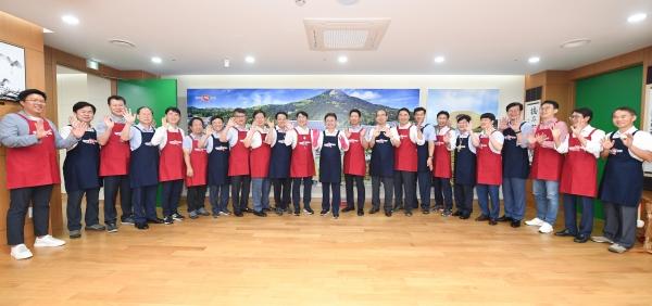 이철우 경상북도지사가 '명절에는 남성들이 설거지를 하자'고 제안하고 공무원들과 앞치마를 입고 캠페인에 나섰다.