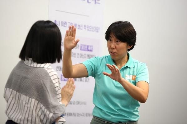 최하란 스쿨오브무브먼트 대표가 자기방어훈련 시범을 보이고 있다. ⓒ곽성경 여성신문 사진기자