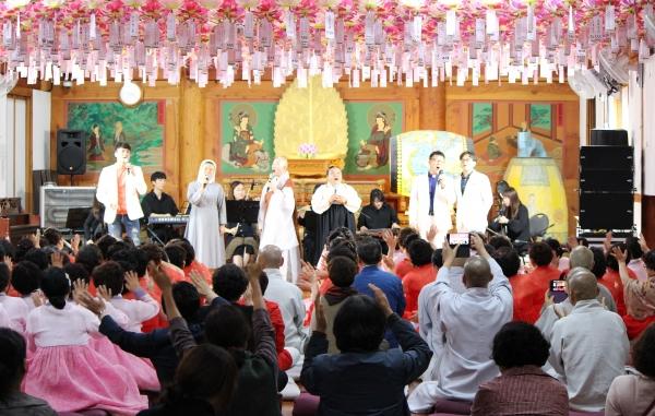'종교인들이 함께하는 천년향기 콘서트'에 참가한 다양한 종교인들. 좌로부터 구자억목사, 그라시아수녀, 정율스님, 한청복교무, 연광흠 바오로신부와 장성녕 안드레아신부