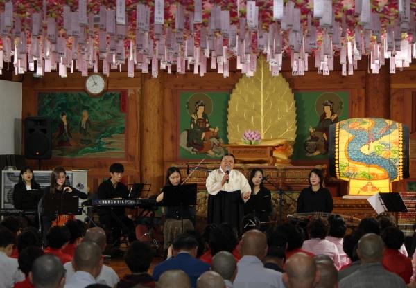 원불교소남훈련원 부원장인 성악가 한청복교무가 부다스 앙상블의 연주에 '선물'과 '사랑하는 마음'을 부르고 있다. ⓒ권은주 기자