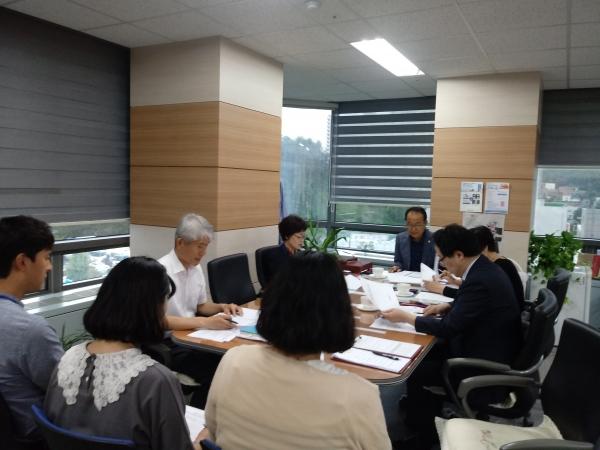 지역사회 전문위원 및 공무원들의 생활보장위원회 회의 중