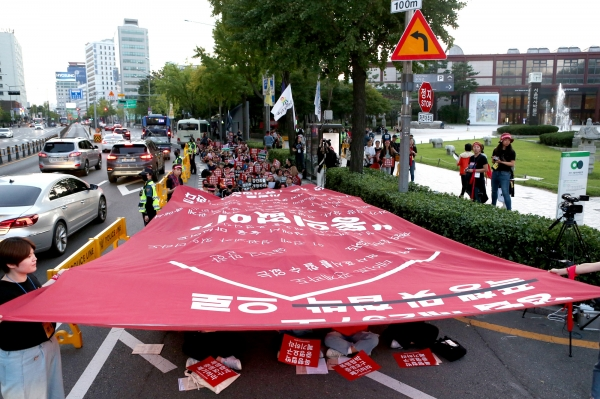 28일 서울역사박물관 앞 도로에서 제 10차 페미시국광장 '강간죄를 위한 총귈기'가 열렸다. 참가자들이 현수막 퍼포먼스를 하고 있다.