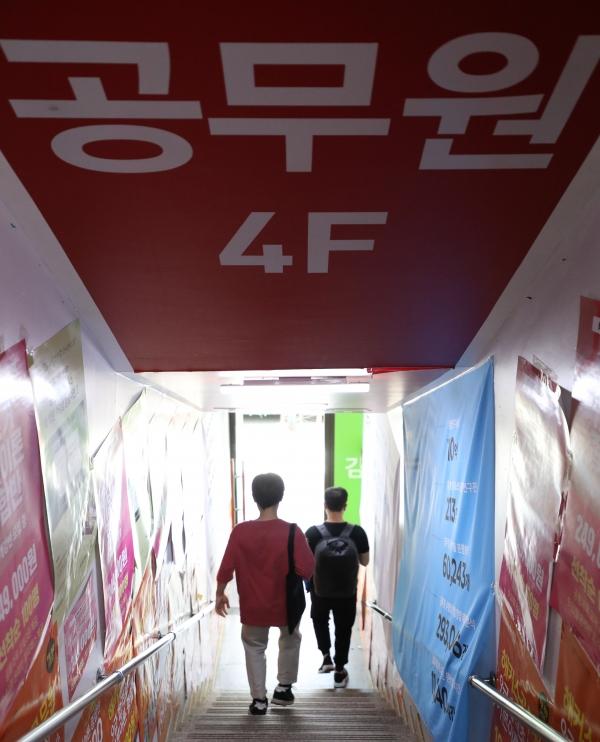 8월 13일 오후 오후 서울 동작구 노량진 학원가에 공무원 준비생들이 오가고 있는 모습. ⓒ뉴시스·여성신문