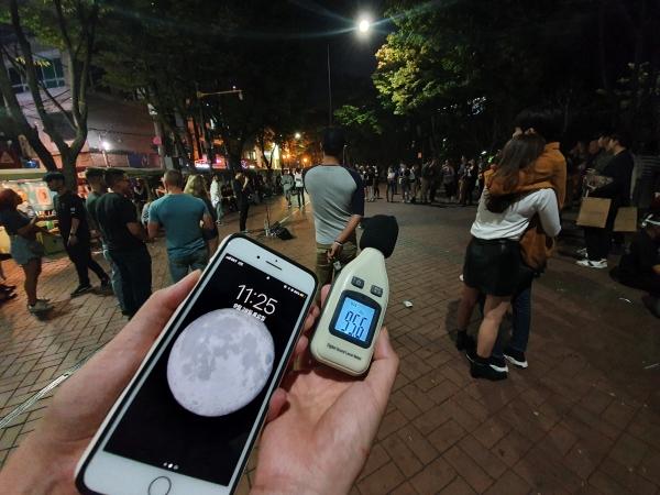 28일 오후 11시25분 홍익문화공원(홍대놀이터)에서 측정한 소음.