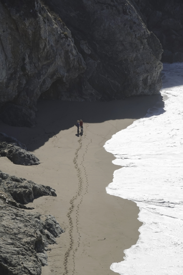 빅서어 절벽 아래 좁은 해안가에 걷고 있는 커플. 빛을 받은 파도가 마치 사람 옆얼굴 같다 (미국 샌프란시스코). 사진_조현주