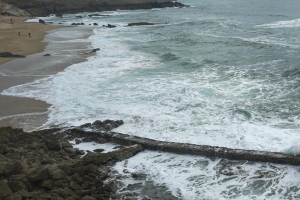 유라시아 대륙 최서단인 호미곷 근처 해변에 거센 파도가 만들어내는 포말이 멋지다. (포르투갈 카스카이스). 사진_조현주