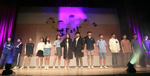 올해 5월 23일 오후 세종시 교육청에서 열린 편한교복 패션쇼에서 학생들이 세종시 4개 중고교 교복을 입고 패션쇼를 하고 있다. ⓒ뉴시스·여성신문