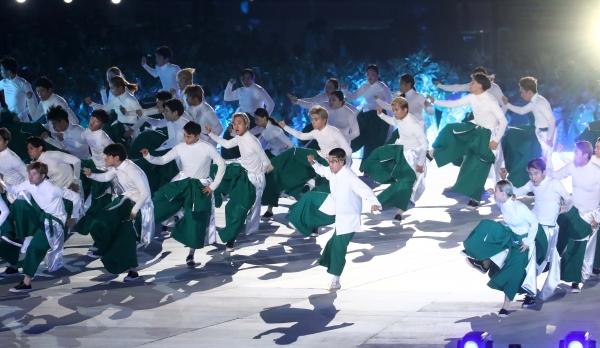 4일 오후 서울 송파구 잠실 종합운동장 올림픽 주경기장에서 열린 제100회 전국체육대회 개회식에서 주제공연 '몸의 신화, 백년의 탄생'이 펼쳐지고 있다.