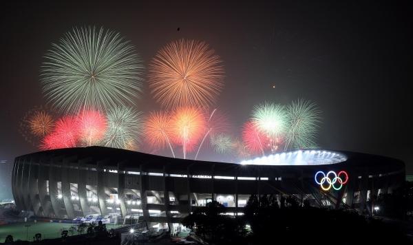 4일 오후 서울 송파구 잠실종합운동장에서 제100회 전국체육대회 개회를 알리는 불꽃쇼가 펼쳐지고 있다. ©뉴시스·여성신문